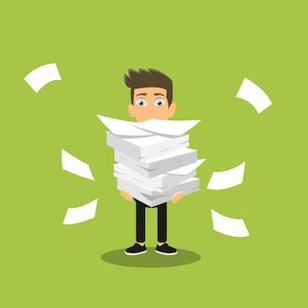 Hombre tiene pila de papeles de oficina