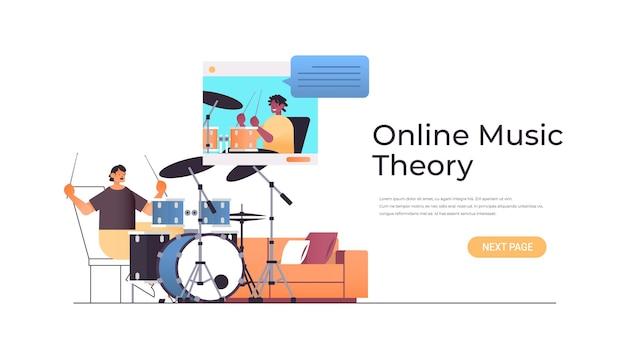 Hombre tocando la batería mientras ve las lecciones en video con el profesor afroamericano en la ventana del navegador web concepto de teoría musical en línea ilustración de espacio de copia horizontal