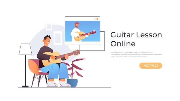 El hombre tocando la guitarra con el profesor en la ventana del navegador web durante la conferencia virtual concepto de lección de música en línea