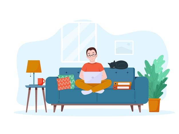 Un hombre trabaja en una computadora portátil en el sofá concepto de trabajo desde casa freelance