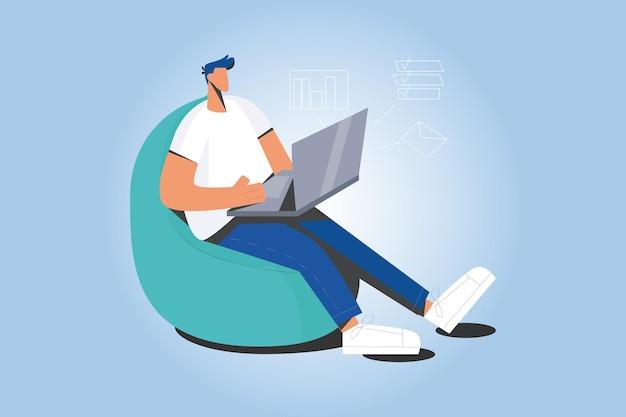 El hombre trabaja en línea en la computadora en la oficina en casa