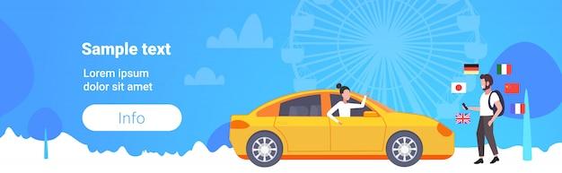Hombre usando diccionario móvil o traductor turista discutiendo con el taxista comunicación personas concepto de conexión diferentes banderas rueda de la fortuna fondo copia espacio horizontal de longitud completa