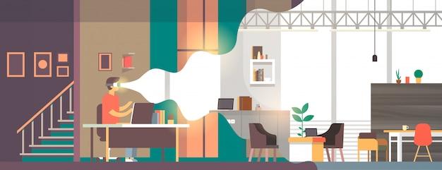 Hombre use gafas digitales mirando realidad virtual sala de estar moderna visión interior auriculares innovación