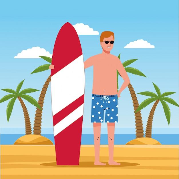 Hombre vestido con traje de playa en carácter de tabla de surf