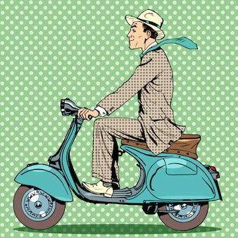 El hombre viaja en un scooter vintage