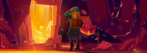 Hombre viajero parado en teletransporte o portal mágico en marco de piedra dentro de la cueva de la montaña