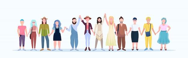 Hombres casuales mujeres juntas personas sonrientes con diferentes peinados con ropa de moda personajes de dibujos animados masculinos femeninos longitud completa fondo blanco horizontal