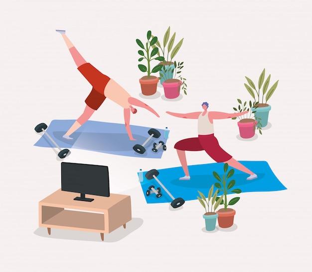 Hombres haciendo yoga en colchonetas frente a la televisión