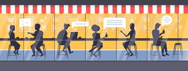 Hombres mujeres cafe visitantes chat burbuja comunicación discurso conversación concepto personas siluetas sentado en mostrador beber café moderno calle café exterior longitud completa horizontal