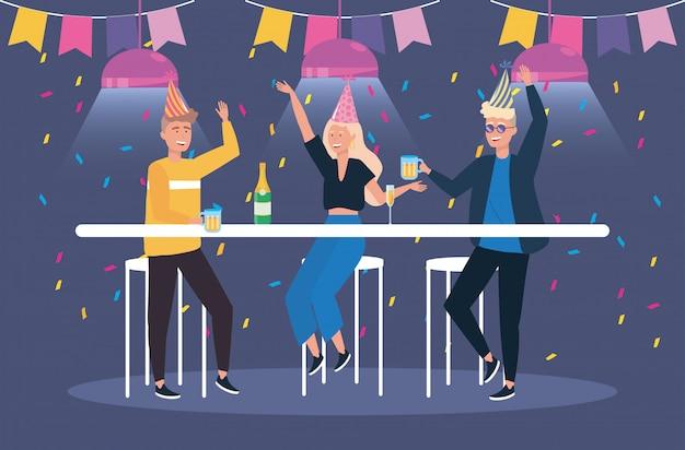 Hombres y mujeres con champagne y vaso de cerveza.