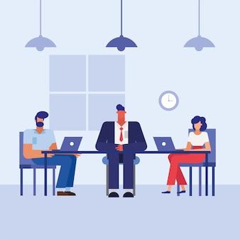 Hombres y mujeres con computadoras portátiles en el escritorio en el diseño de la oficina, la fuerza laboral de los objetos comerciales y el tema corporativo