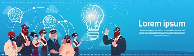 Los hombres de negocios del grupo llevan el concepto de lanzamiento de la discusión de la nueva idea de las gafas de la realidad digital de las burbujas