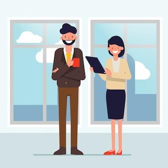 Hombres de negocios que hablan en el edificio de oficinas.
