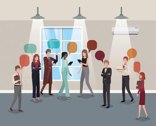 Hombres de negocios que hablan en la oficina del pasillo