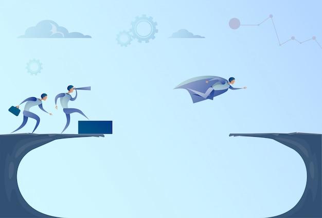 Los hombres de negocios team looking with binocular en el hombre de negocios leader flying over gap success concept