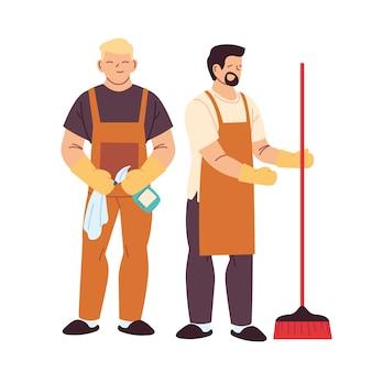 Hombres de servicio de limpieza con guantes y utensilios de limpieza
