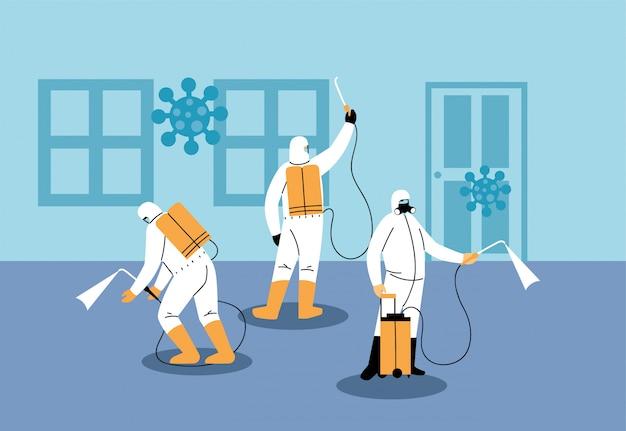 Hombres en traje desinfectando casa por covid 19