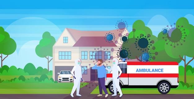 Hombres con trajes de materiales peligrosos que trasladan al paciente infectado a una ambulancia. epidemia de células del coronavirus del automóvil. concepto del virus mers-cov.