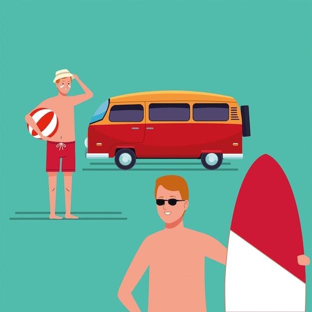 Hombres vestidos con traje de playa en carácter de tabla de surf