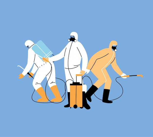 Los hombres visten traje protector, desinfección por coronavirus o covid 19