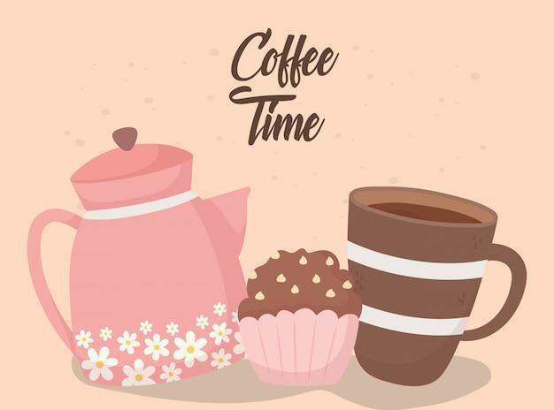 Hora del café, sabrosa taza de magdalenas y hervidor de agua aroma fresco bebida