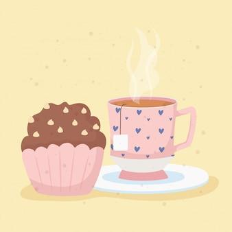 La hora del café y la taza de té en el plato y el postre de la magdalena
