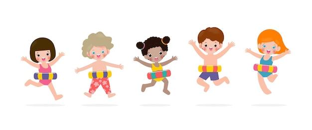 El horario de verano feliz grupo de niños en ropa de baño con anillo de goma sobre fondo blanco.