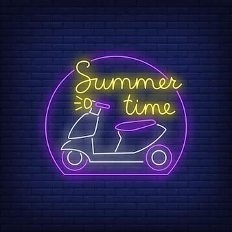 Horario de verano con letras de neón y logotipo de scooter