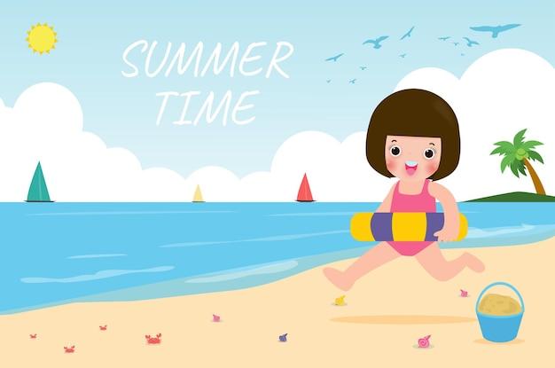 Horario de verano niños felices en ropa de natación con juguetes inflables en la playa niños con inflable