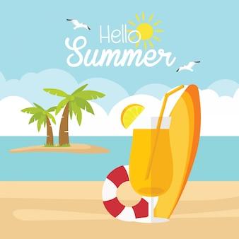 Horario de verano con la pelota de paraguas de tabla de surf en la playa. barco en el mar y el sol pájaro volando brillante sobre cielo azul