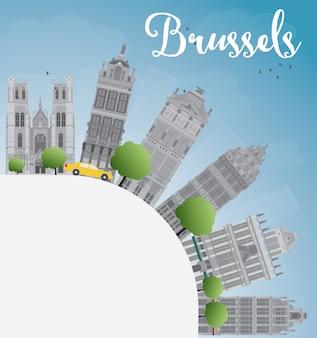 Horizonte de bruselas con edificio gris, cielo azul y espacio de copia