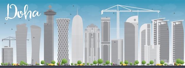 Horizonte de doha con rascacielos grises y cielo azul