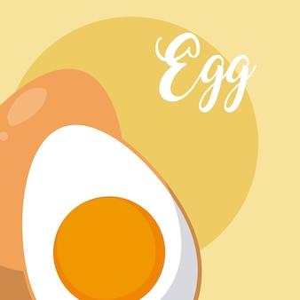 Huevo cocido medio cortado sobre fondo amarillo