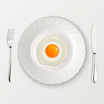 Icono de huevo frito realista en un plato con tenedor y cuchillo. modelo.