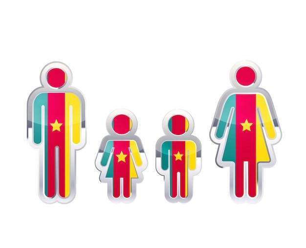 Icono de insignia de metal brillante en formas de hombre, mujer y niños con bandera de camerún, elemento de infografía aislado en blanco