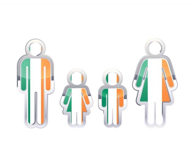 Icono de insignia de metal brillante en formas de hombre, mujer y niños con bandera de irlanda, elemento de infografía aislado en blanco