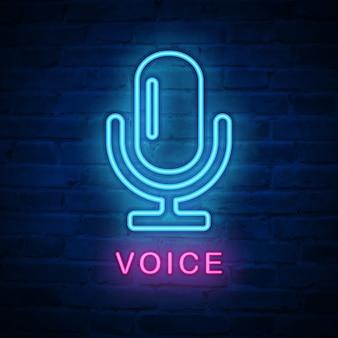 Icono de luz de neón iluminado micrófono de voz