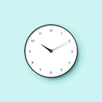 Icono de reloj blanco con sombra sobre fondo de pared de menta