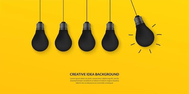 Idea creativa con bombillas de luz sobre fondo amarillo, piensa en un concepto diferente