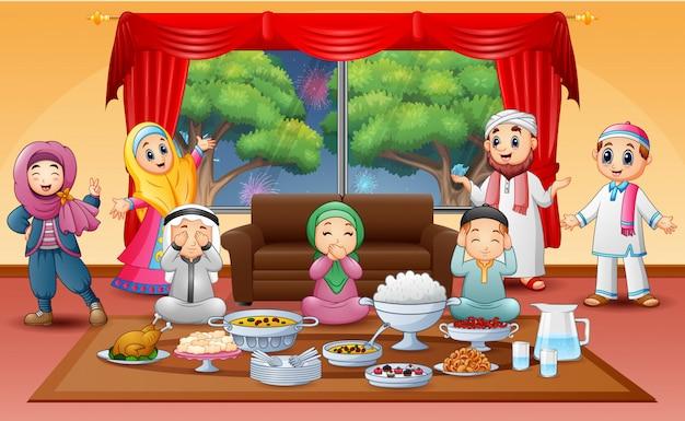 Iftar en el mes sagrado de ramadán con familia musulmana