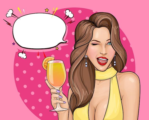 Ilustración de arte pop de mujer sexy en vestido con la boca abierta sosteniendo un cóctel