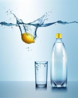 Ilustración de botella de plástico con vaso de bebida y limón jugoso bajo el agua azul con salpicaduras