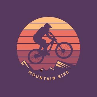 Ilustración de ciclista retro vintage bicicleta de montaña con fondo puesta de sol