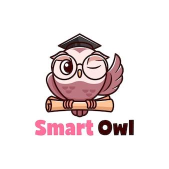 Ilustración de dibujos animados de lindo búho marrón con lentes de ojos