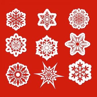 Ilustración de hermosos copos de nieve para navidad invierno diseño en estilo plano sobre fondo rojo.