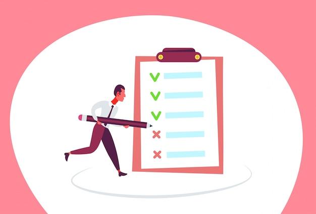 Ilustración de un hombre de negocios con una lista de verificación