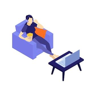 Ilustración isométrica de una mujer sentada en el sofá viendo una película en una computadora portátil