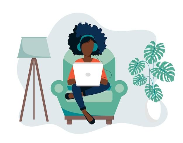 Ilustración de la oficina en casa con una mujer usando una computadora portátil que trabaja desde casa en el sofá
