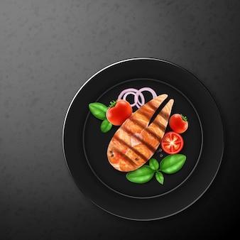 Ilustración de pescado rojo a la parrilla, salmón y verduras frescas: cebolla, tomate cherry y albahaca, primer plano en la placa negra, vista superior