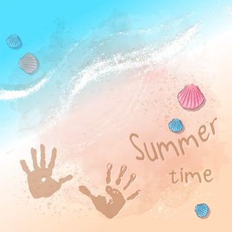 Ilustración de playa fiesta de verano con huellas en la arena junto al mar. estilo de dibujo a mano.
